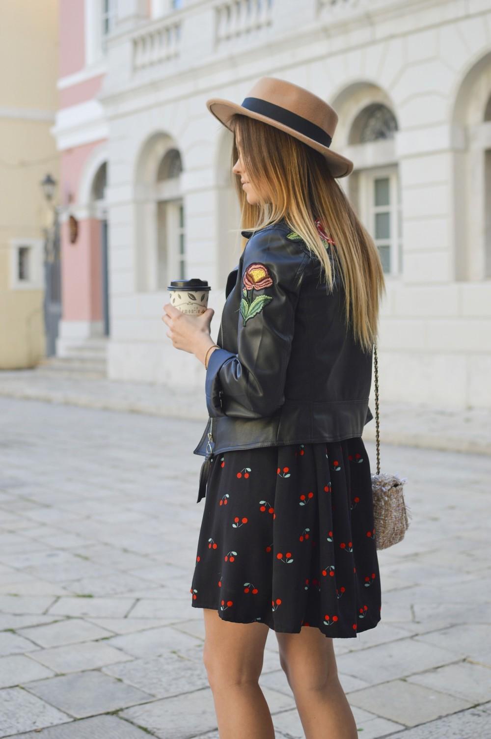 Уличное фото с кофе
