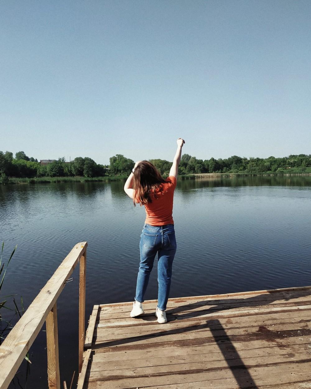 Девушка на фоне реки