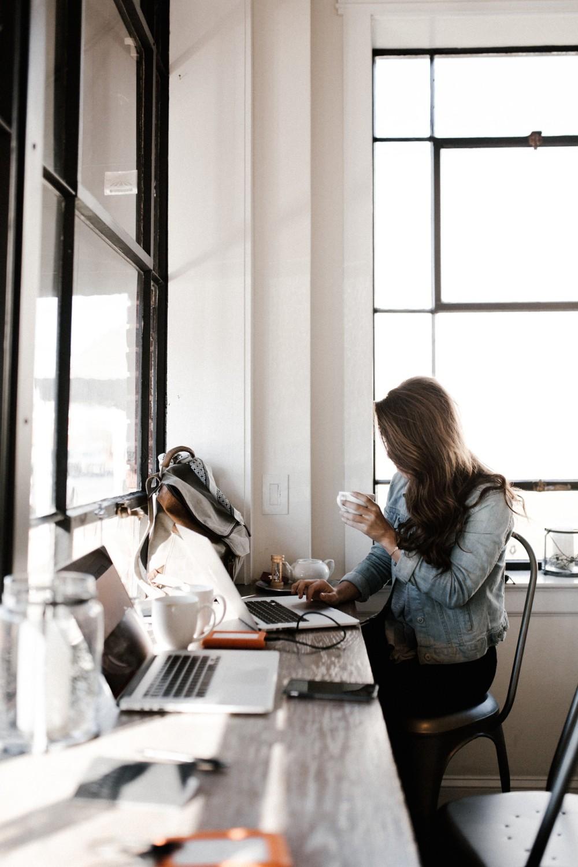 Фото с кофе во время работы