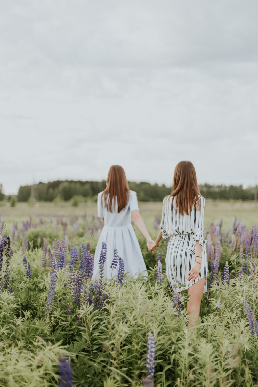 Фотография в поле с подругой