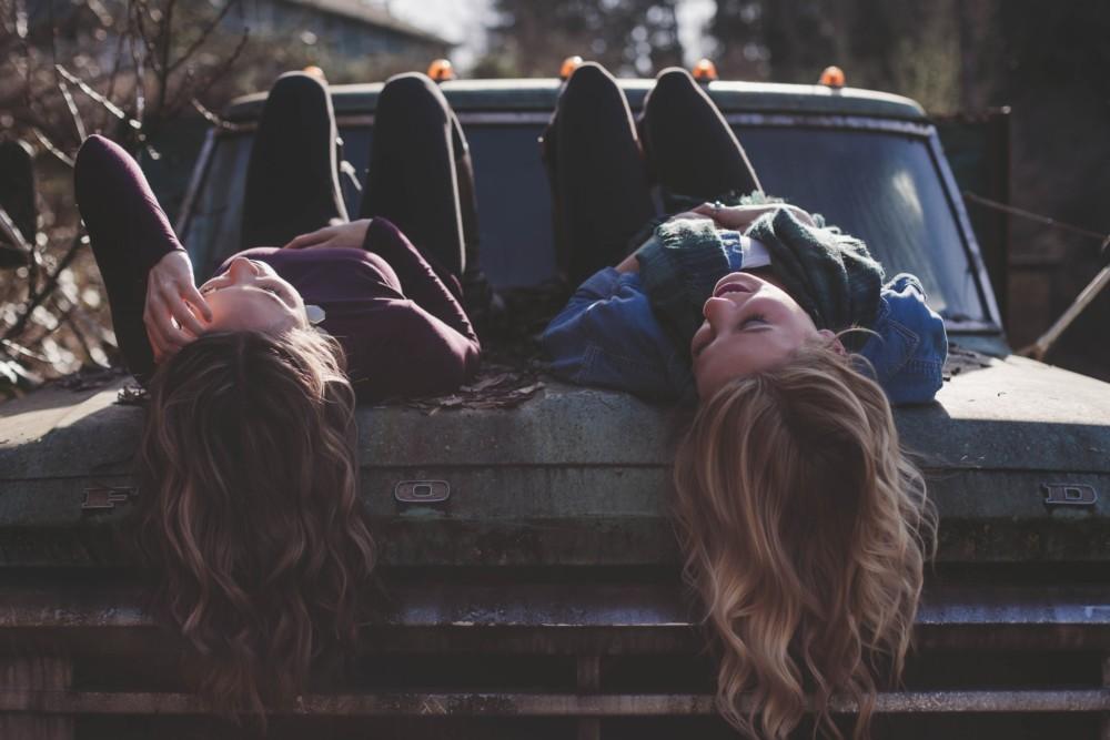 Идеи для фото с подругой летом