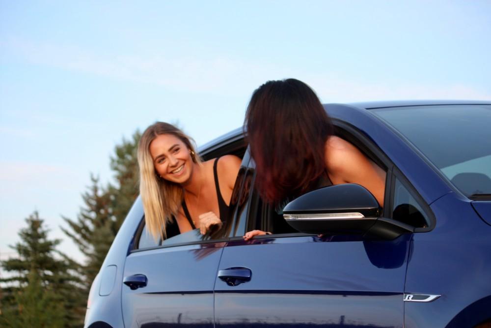 Фото с подругой в машине