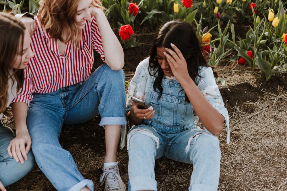 Идеи для фото с подругами в поле